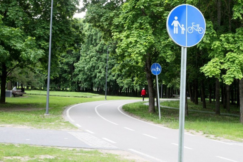 """Panevėžio Kultūros ir poilsio parką gyventojai pastaruoju metu vadina """"susidūrimo su dviratininkais"""" parku.<br>A.Švelnos nuotr."""