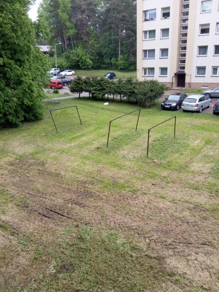 Lazdynų gyventojus papiktino nušienautos žolės vaizdai.<br>Skaitytojos nuotr.