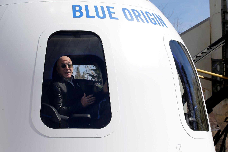 """Į kosmosą """"Blue Origin"""" erdvėlaiviu ruošiasi skristi """"Amazon"""" įkūrėjas J. Bezosas<br>Scanpix nuotr."""
