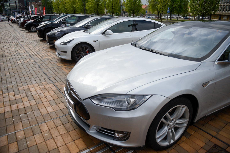 230 tūkstančių elektromobilių ir 60 tūkst. elektromobilių įkrovimo prieigų, kurių įkrovimo galia sieks apie 1000 MW – visa tai planuojama Lietuvoje turėti jau 2030 m.<br>D.Umbraso nuotr.