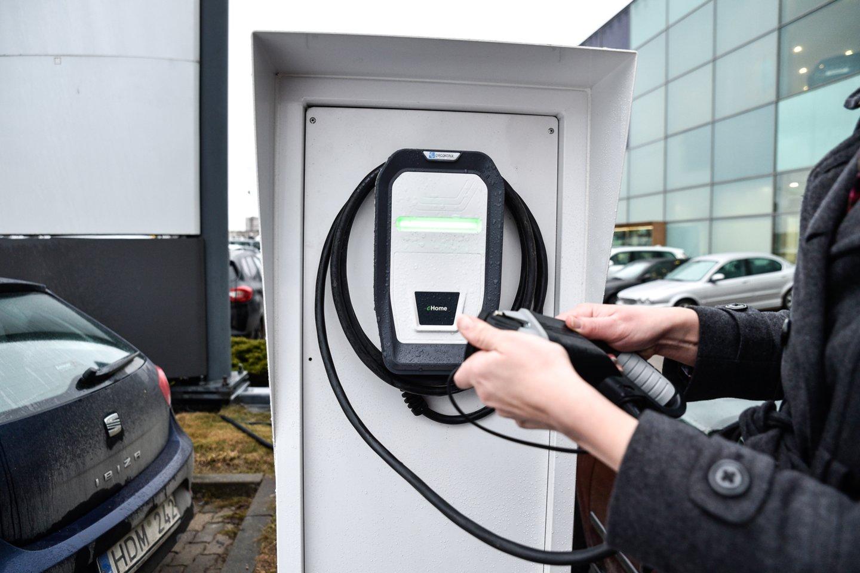 230 tūkstančių elektromobilių ir 60 tūkst. elektromobilių įkrovimo prieigų, kurių įkrovimo galia sieks apie 1000 MW – visa tai planuojama Lietuvoje turėti jau 2030 m.<br>V.Ščiavinsko nuotr.