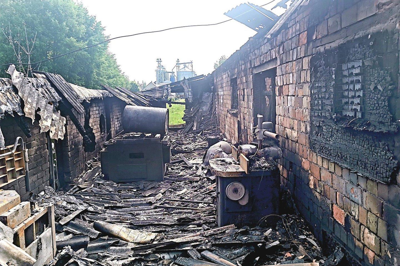 Vilkaviškio rajone esančią baldų gamybos įmonę visiškai sunaikino gaisras.<br>Ugniagesių nuotr.