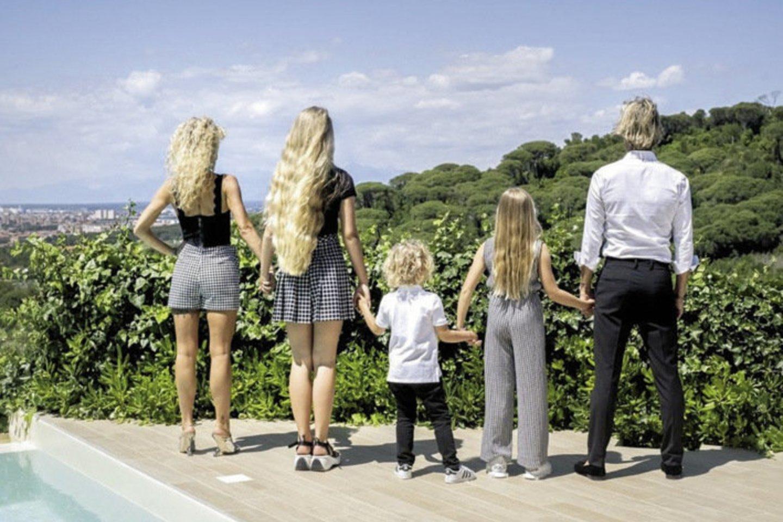 """Šokėja Edita Daniūtė pasidalijo smagia šeimos akimirka. """"1...2...5"""", – skaičiavo savo artimiausius, esančius nuotraukoje.<br>Asmeninio albumo nuotr."""