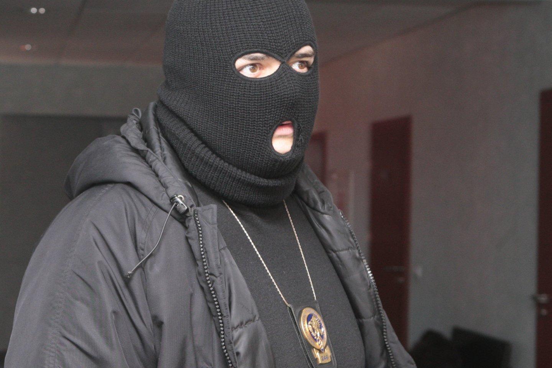 STT agentas, STT darbuotojas, seklys, kaukė, kaukėtas<br>R.Jurgaičio nuotr.