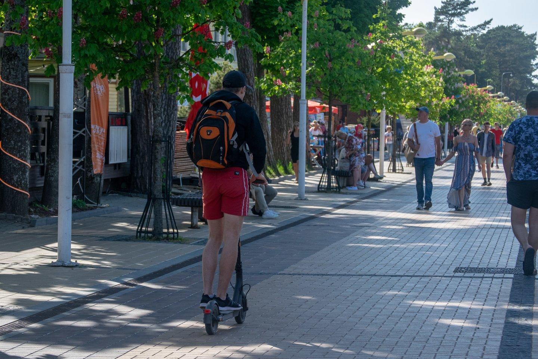 Sprendimas drausti važiuoti dviračiais, paspirtukais ir kitais elektrinio variklio varomais įrenginiais J. Basanavičiaus g., Palangoje, įsigaliojo prieš trejus metus.<br>lrytas.lt skaitytojos nuotr,