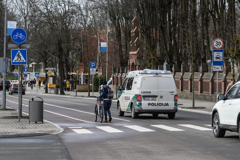 Sprendimas drausti važiuoti dviračiais, paspirtukais ir kitais elektrinio variklio varomais įrenginiais J. Basanavičiaus g., Palangoje, įsigaliojo prieš trejus metus.<br>V.Skaraičio nuotr.