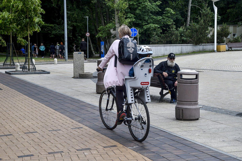 Sprendimas drausti važiuoti dviračiais, paspirtukais ir kitais elektrinio variklio varomais įrenginiais J. Basanavičiaus g., Palangoje, įsigaliojo prieš trejus metus.<br>V.Ščiavinsko nuotr.