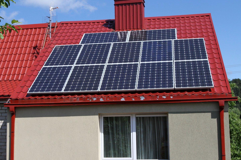 Didžiulio populiarumo susilaukė galimybė įsirengti savo nuosavą saulės elektrinę ant namo stogo ar kitoje nuosavybės teise priklausančioje teritorijoje.<br>M.Patašiaus nuotr.