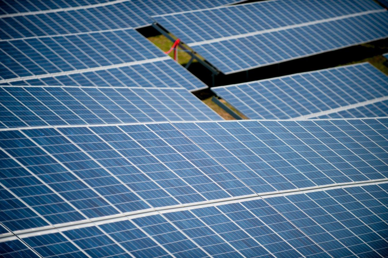Didžiulio populiarumo susilaukė galimybė įsirengti savo nuosavą saulės elektrinę ant namo stogo ar kitoje nuosavybės teise priklausančioje teritorijoje.<br>J.Stacevičiaus nuotr.