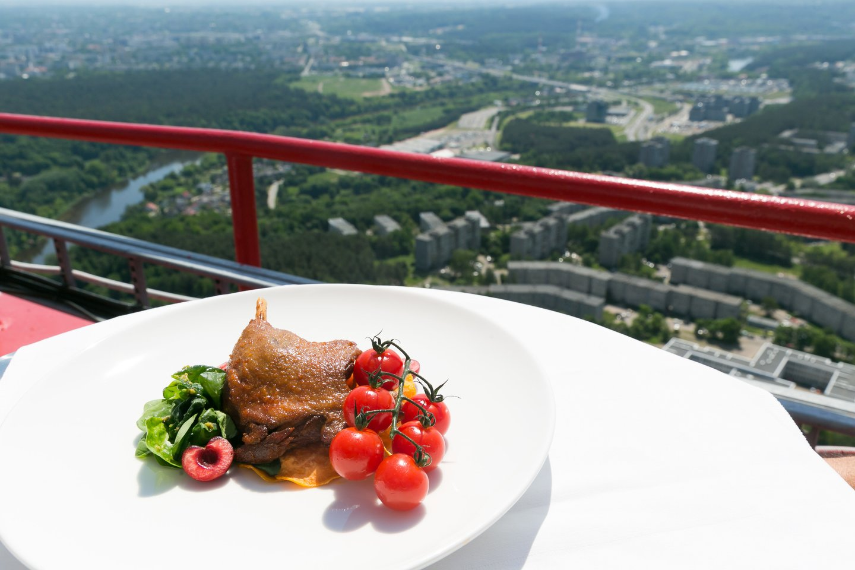 Vilniaus televizijos bokštas kviečia vilniečius ir miesto svečius pasigrožėti įstabia Vilniaus panorama prie pietų ar vakarienės stalo.<br>T.Bauro nuotr.