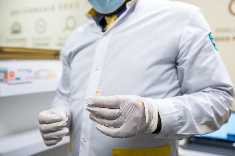Vaistininkas Faustas Bertulis pasakoja, kokius vaistus galima vartoti prieš ir po skiepo, bei kaip tai gali paveikti kuriamą imunitetą virusui.<br>Rengėjų nuotr.