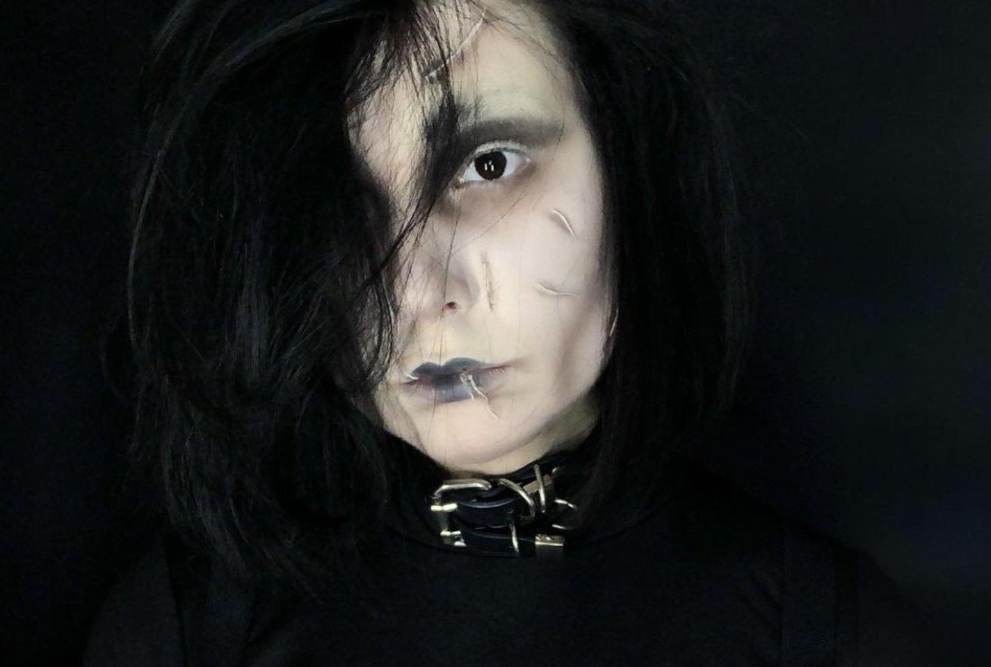 Justina mėgsta originalų grimą. Šioje nuotraukoje ji pavirto į Edvardą Žirkliarankį.<br>Asmeninio archyvo nuotr.
