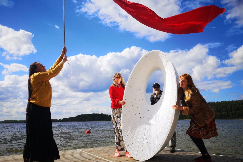 """Paskutinę gegužės savaitę Ignalinos krašte prasidėjo Ažvinčių meno centro (AMC) organizuojamas unikalus daugiau kaip mėnesį truksiantis kultūrinis renginys – menų pleneras-ekspedicija """"Vaizduotė ant vandens"""" ir """"Orakulas"""".<br>Rengėjų nuotr."""