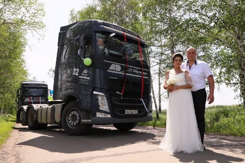 Tolimųjų reisų vairuotoju dirbantis Rusijos gyventojas Sergejus Šušpanovas su savo išrinktąja Ina ir svečiais į civilinės metrikacijos skyrių atvyko sėdėdami vilkikų kabinose.<br>Soc. tinklų nuotr.