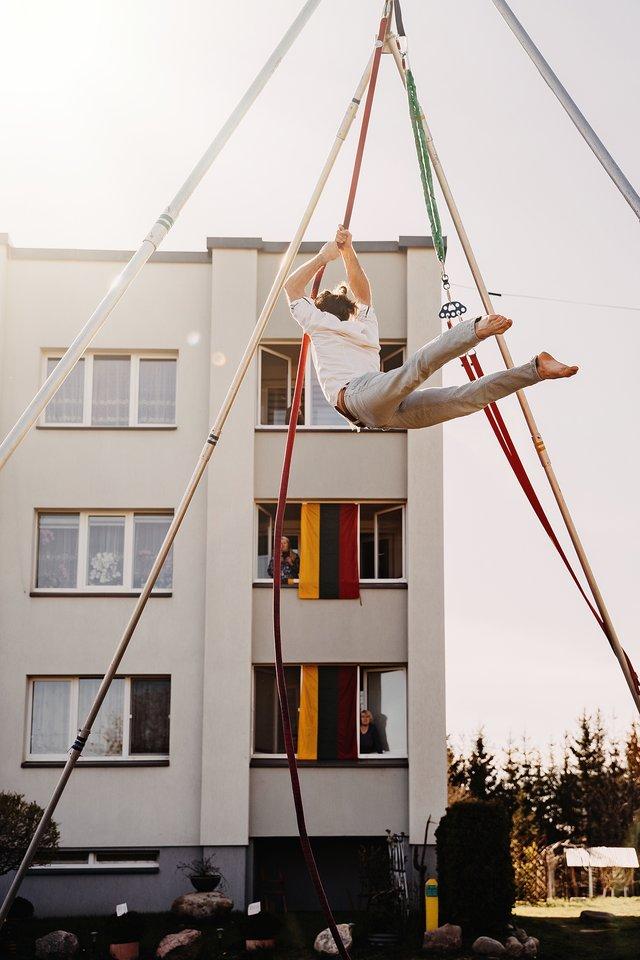 """Projektas """"Kultūra į kiemus"""" Kauno miesto ir rajono daugiabučių kiemus pavertė koncertų salėmis.<br>M.Plepio nuotr."""