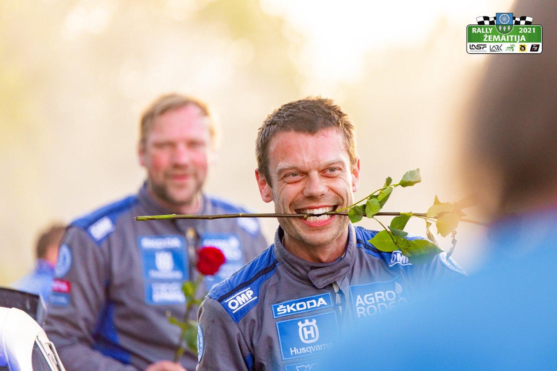"""Viso labo trijuose iš dvylikos greičio ruožų į priekį praleidęs """"Agro Rodeo"""" komandos pilotas Vaidotas Žala su šturmanu Andriu Malnieksu triumfavo """"Rally Žemaitija 2021"""".<br>Andriaus Lauciaus nuotr."""