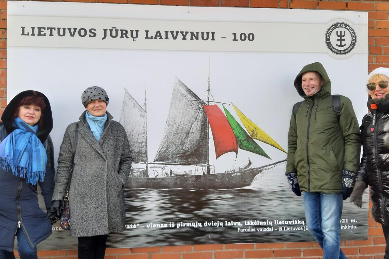Klaipėdiečiai Lietuvos laivyno šimtmečio estafetę perduoda Jurbarkui.<br>G.Pilaičio nuotr.