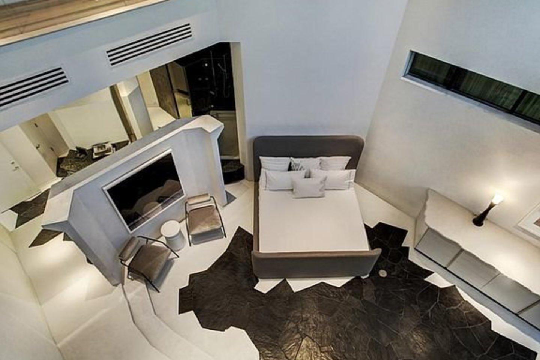 """Namas, kuris atrodo kaip """"Žvaigždžių karų"""" piktadario Darto Veiderio šalmas, parduodamas už 4,3 mln. dolerių.<br>www.zillow.com nuotr."""