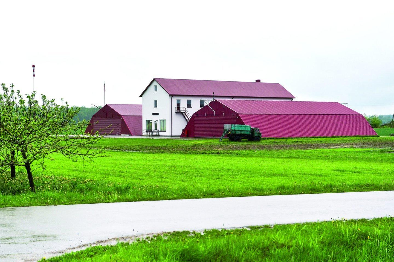 Ūkininkas K.Masilionis netoli savo namų įrengė lėktuvų angarą ir kilimo taką.<br>V.Ščiavinsko nuotr.