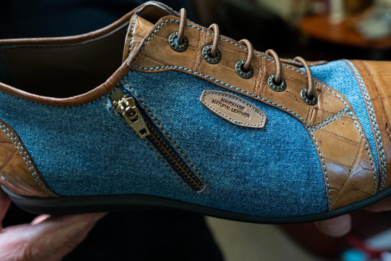 B.Kazakevičiui patinka batus siūti ir iš džinsų audinio.<br>G.Bitvinsko nuotr.