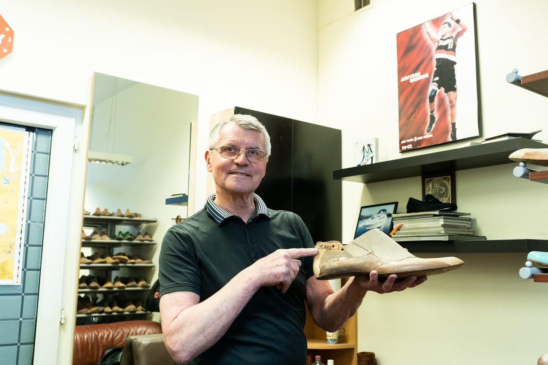 Pasiūti batus B.Kazakevičiaus dažnai prašo net ir žinomi krepšininkai. Tai - kurpalis A.Sabonio batrams.<br>G.Bitvinsko nuotr.