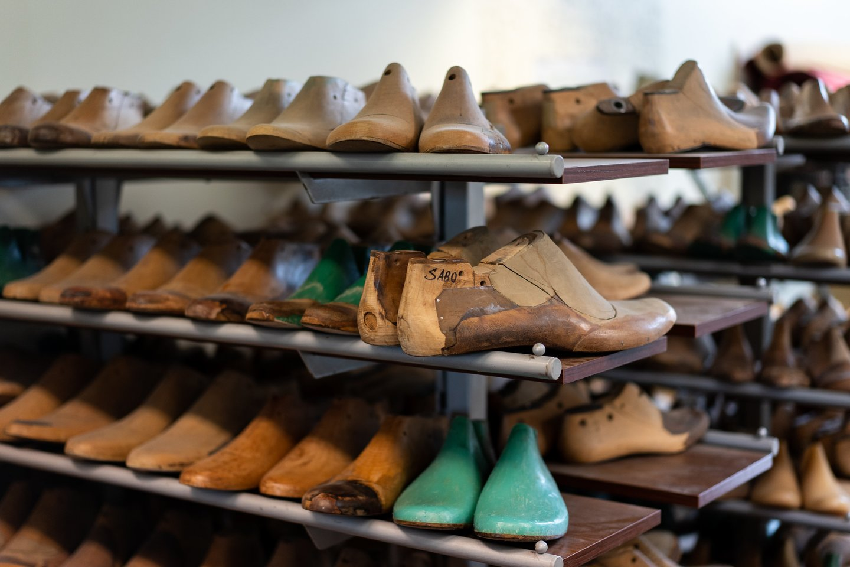 Pasiūti batus B.Kazakevičiaus dažnai prašo net ir žinomi krepšininkai.<br>G.Bitvinsko nuotr.