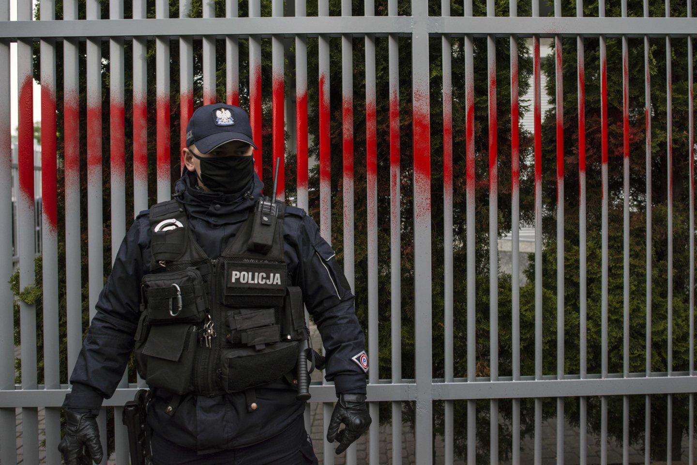 Įtariamasis buvo sulaikytas gegužės 31 d. Per kratą jo bute buvo rasta daugiau kaip 300 tūkst. zlotų (apie 70 tūkst. eurų) ir daug informacijos laikmenų.<br>ZUMA Press/Scanpix nuotr.