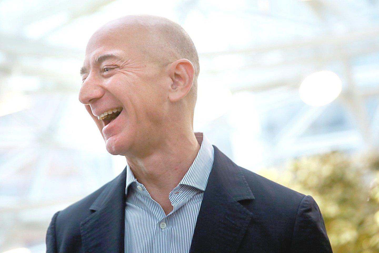 """J.Bezosas išleido daugiau nei uždirbo, todėl turėjo teisę gauti vaiko pašalpą.<br>""""Scanpix""""/""""Reuters"""" nuotr."""