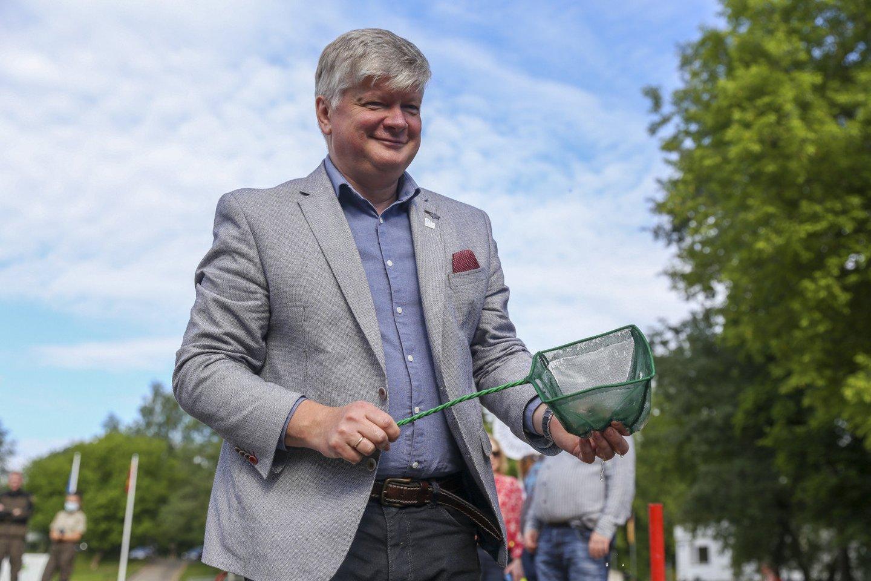 Vilniaus Žirmūnų paplūdimyje į Neries upę paleista 2 tūkstančiai ypač retų žuvų<br>Į Nerį paleista tūkstančiai retų žuvų - ūsorių