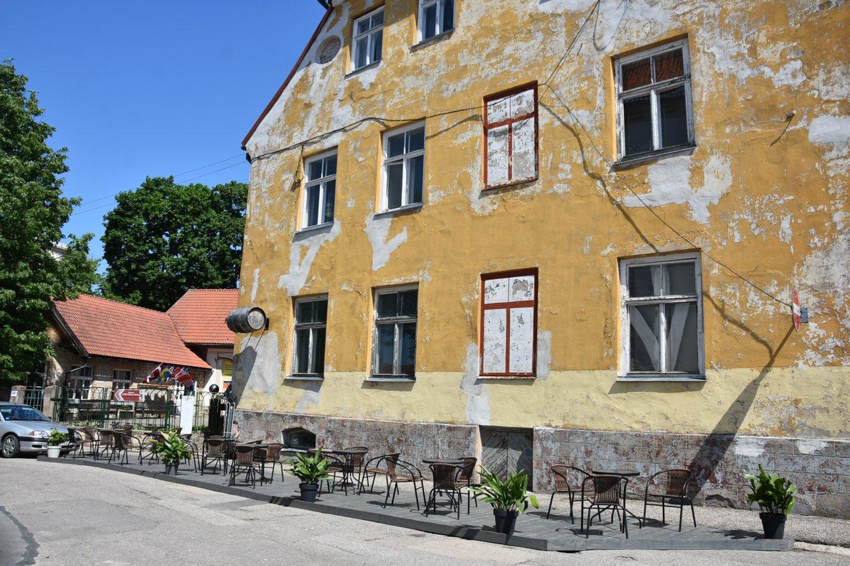 Cėsyse kavinės taip pat laukia žmonių gatvėse.<br>A.Srėbalienės nuotr.