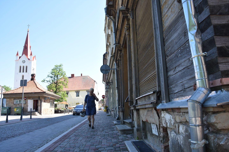 A.Runcis siūti avalynę pradėjo po to, kai šio amato imtis jį paskatino žmona.<br>A.Srėbalienės nuotr.