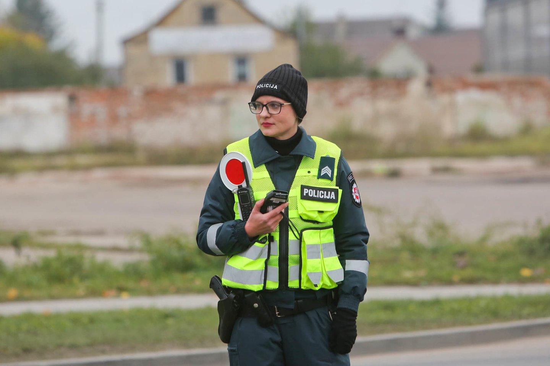 Ketvirtadienį Kauno apskrities vyriausiojo policijos komisariato (toliau – Kauno apskr. VPK) pareigūnai pėsčiųjų perėjose, įrengtose netoli prekybos vietų, tikrino, kaip pėstieji laikosi Kelių eismo taisyklių<br>G.Bitvinsko nuotr.