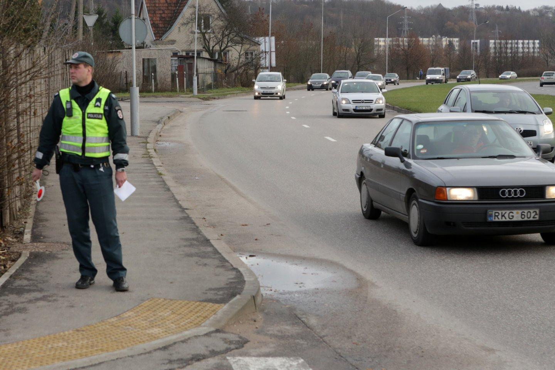 Ketvirtadienį Kauno apskrities vyriausiojo policijos komisariato (toliau – Kauno apskr. VPK) pareigūnai pėsčiųjų perėjose, įrengtose netoli prekybos vietų, tikrino, kaip pėstieji laikosi Kelių eismo taisyklių<br>P.Mantauto nuotr.