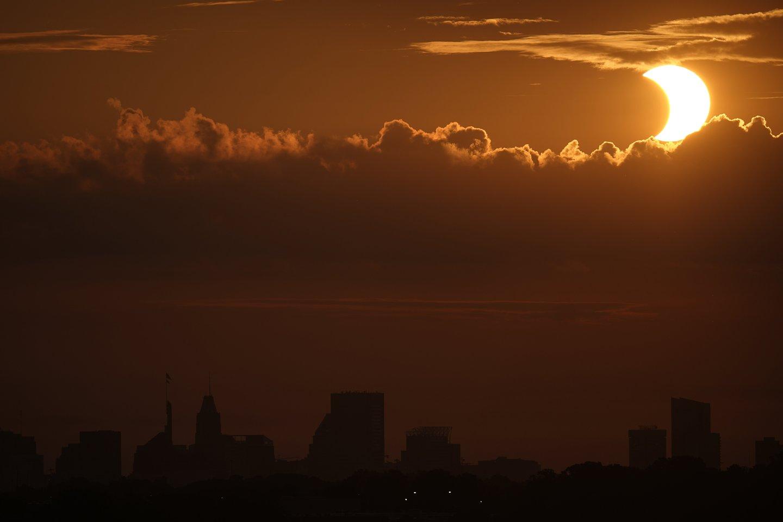 Dalinis Saulės užtemimas Baltimorėje, JAV.<br>AP / Scanpix nuotr.