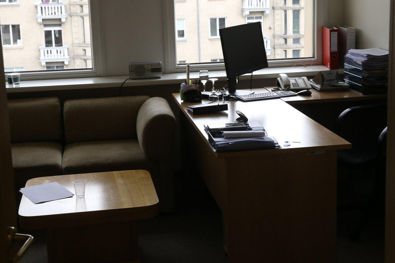 STT pranešė, jog M.Puidoko padėjėjas Kęstutis Motiečius yra sulaikytas dėl įtarimų papirkimu ir prekyba poveikiu, todėl parlamente kelias valandas buvo krečiamas Seimo nario kabinetas.<br>R.Danisevičiaus nuotr.
