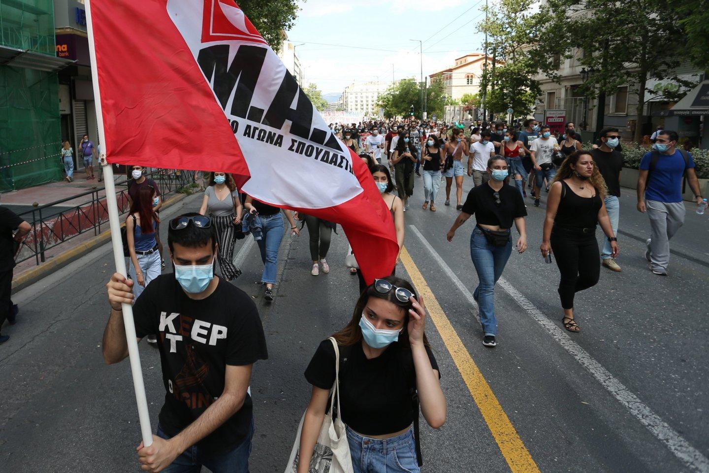 Graikijoje vykstant streikui tūkstančiai žmonių protestuoja prieš darbo reformą. <br>ZUMA Press/Scanpix nuotr.