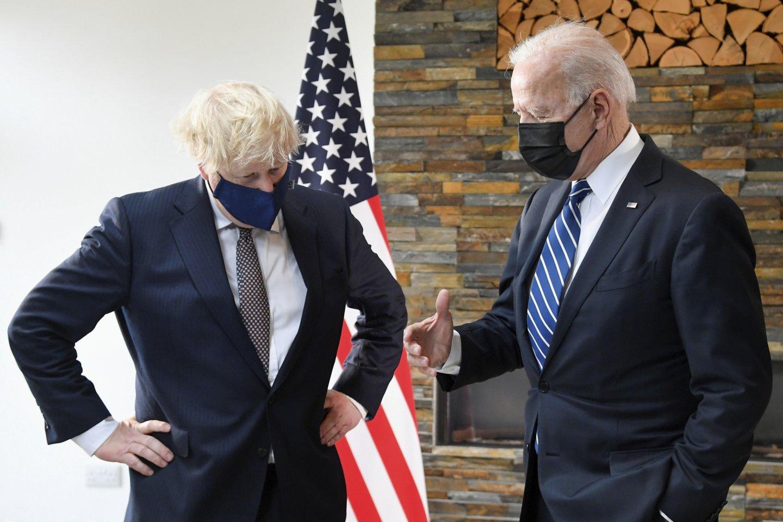 J. Bidenas ir B. Johnsonas susitiko G-7 susitikimo išvakarėse.<br>AP/Scanpix nuotr.