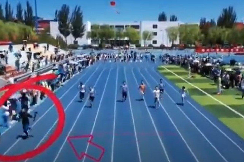 Operatorius lenkia bėgikus.<br>youtube.com nuotr.