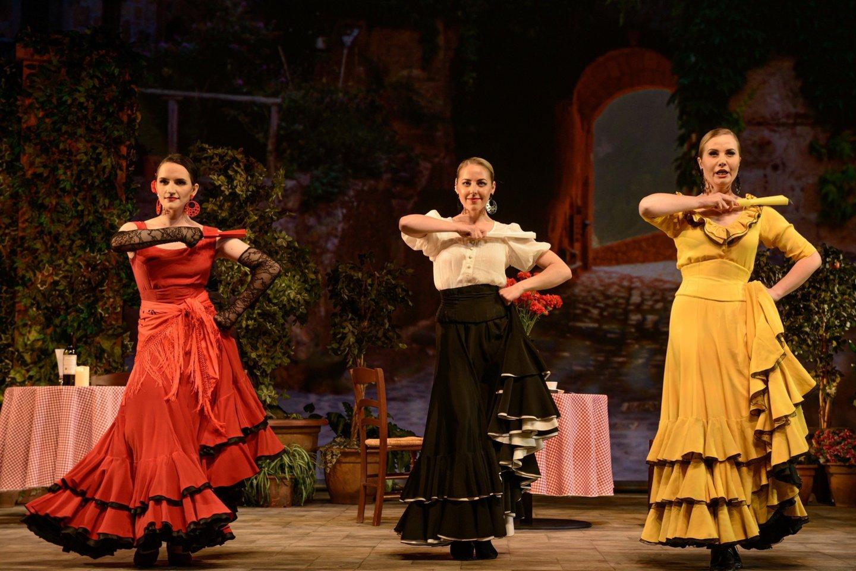 """Scena iš """"Sarsuelos"""". K.Bontė, E.Greiciūnaitė ir I.Anankaitė.<br>M.Aleksos nuotr."""