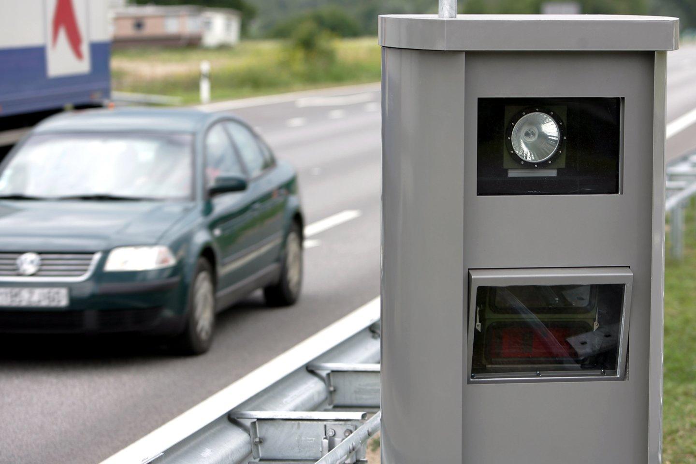 Vairuotojai jau gerai žino, kad jei buvo užfiksuoti stacionaraus greičio matuoklio, tai po kelių savaičių atkeliaus bauda.<br>V.Balkūno nuotr.