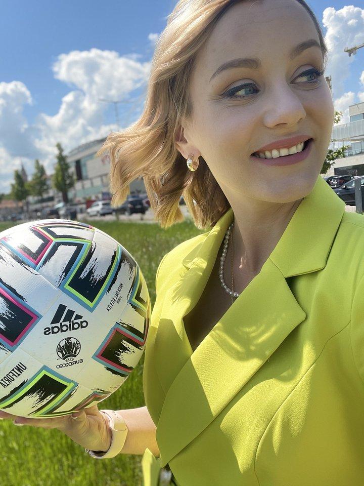 """A.Žukaitė-Nalivaikienė: """"Kiekvieno sporto žurnalisto svajonė – dirbti tiesiai iš Europos futbolo čempionato.""""<br>LNK nuotr."""