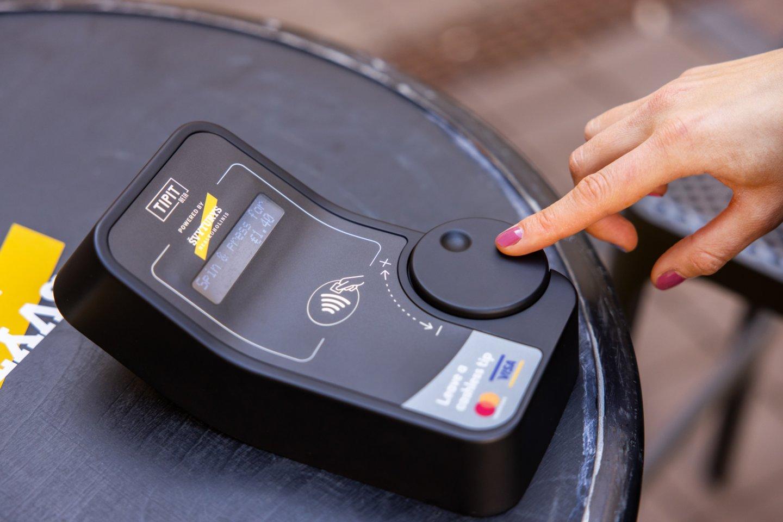 """Nešiojamasis kortelių skaitytuvas, kuris leidžia pervesti arbatpinigius tiesiai į personalo sąskaitą.<br>""""Tasfotografas.lt"""" nuotr."""