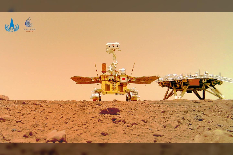 """Raudonąją planetą tyrinėjantis Kinijos marsaeigis """"Zhurong"""" su išskleistais Saulės baterijų """"sparnais"""" ir dviem į priekį žiūrinčiomis kamerų """"akimis"""" šalies kosmoso agentūros penktadienį paskelbtose nuotraukose atrodo labai panašus į paukštį.<br>Sipapress / Scanpix nuotr."""