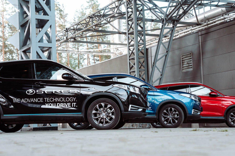"""Įmonė visam šiltajam sezonui išnuomojo net 10 gamtą tausojančių elektromobilių, kuriuos atostogaujantys Kuršių Nerijoje galės išsikviesti naudodamiesi tarptautine pavėžėjimo paslaugų platforma """"Bolt"""".<br>""""Busnex"""" nuotr."""