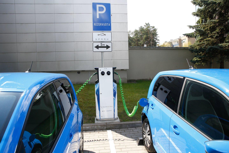 Elektromobiliai iš tikrųjų pradės dominuoti tik tada, kai jais bus užpildyta ir naudotų automobilių rinka.<br>T.Bauro nuotr.