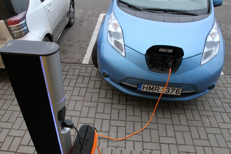 Elektromobiliai iš tikrųjų pradės dominuoti tik tada, kai jais bus užpildyta ir naudotų automobilių rinka.<br>M.Patašiaus nuotr.