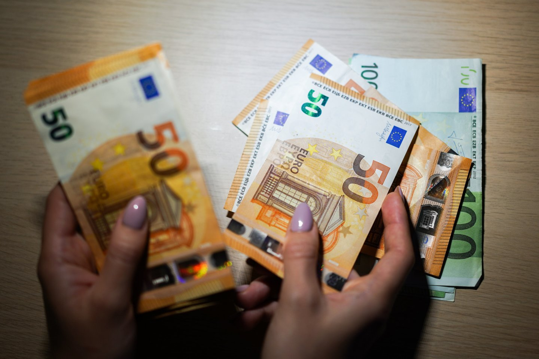 Jei gyventojai ims beatodairiškai leisti pinigus, gali įsisukti paklausos ir pasiūlos karuselė, kuri gali privesti prie ekonomikos perkaitimo.<br>G.Bitvinsko nuotr.