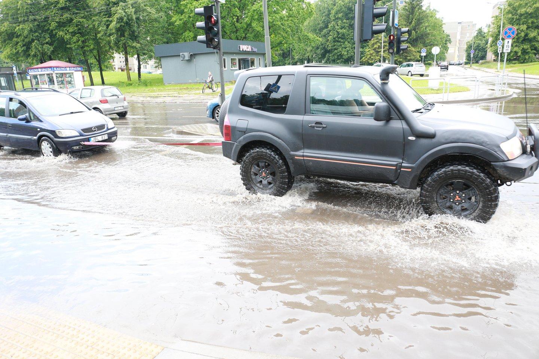 Kai kurios Kauno gatvės priminė vandens telkinius.<br>G.Bitvinsko nuotr.