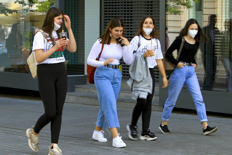 Veido kaukės patalpose išlikti privalomos ir po karantino panaikinimo.<br>V.Ščiavinsko nuotr.