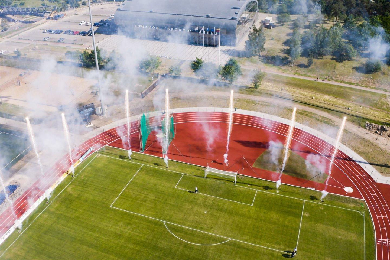 A. Reipos nuotr.Ketvirtadienį Jonavoje atidarytas atnaujintas natūralios dangos centrinis miesto stadionas, kurio tribūnose telpa 2 tūkst. žiūrovų.<br>A. Reipos nuotr.